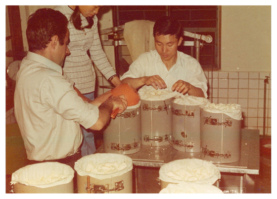Didier t`Serstevens, a Belgian priest faring from Brussels, making cheese with locals in Korea in the 1960s. [JOONGANG PHOTO]