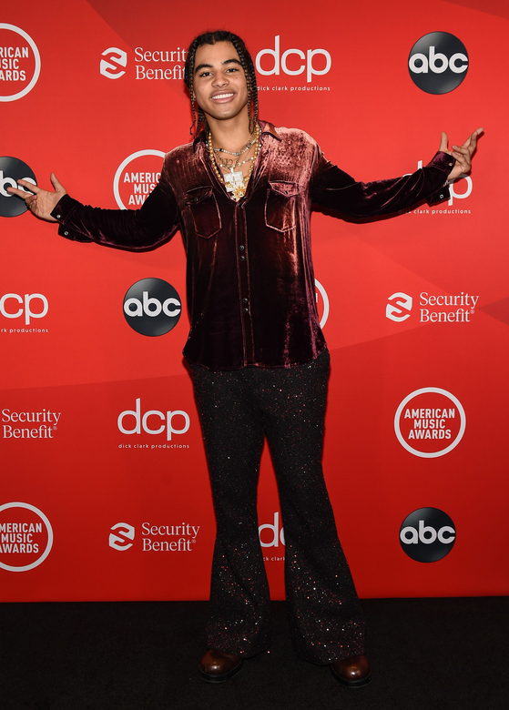 In this handout image courtesy of ABC singer 24KGoldn arrives for the 2020 American Music Awards at the Microsoft theater on Nov. 22, 2020 in Los Angeles. [ABC/YONHAP]