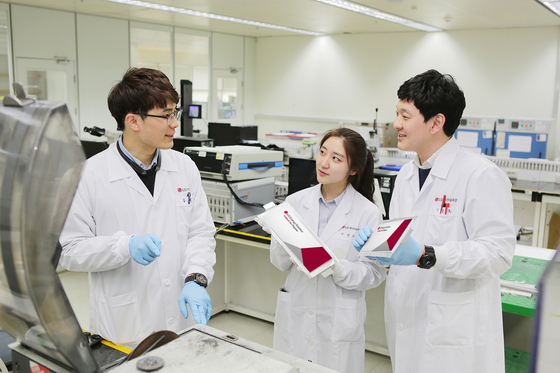 LG Energy Solution employees work at R&D Campus in Daejeon, Korea. [LG ENERGY SOLUTION]