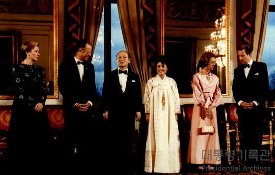 Korea's former President Chun Doo Hwan and his wife, center, pose with Belgium's King Baudouin and Queen Fabiola during Chun's state visit to Belgium in 1986. [PRESIDENTIAL ARCHIVES OF KOREA]