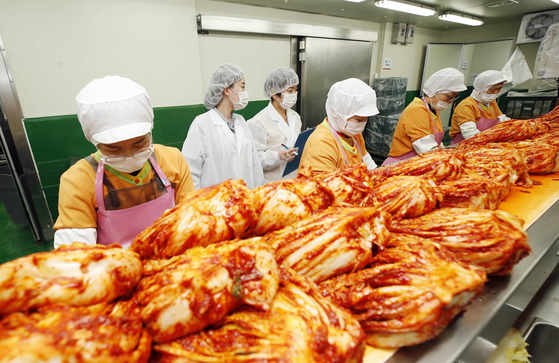 Officials from the Gwangju Buk District Office check sanitary conditions at a kimchi manufacturer on Tuesday amid residents' growing concerns over the quality of kimchi. [YONHAP]