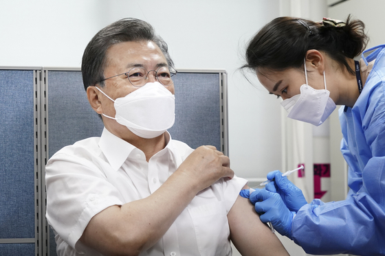 President Moon Jae-in is receiving his first dose of the AstraZeneca vaccine at a public health center in Jongno District, central Seoul, on Tuesday. [JOINT PRESS CORPS]