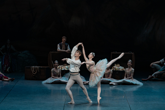 """The Korean National Ballet stages the newly choreographed version of """"Le Corsaire"""" at the Seoul Arts Center, southern Seoul. [KNB]"""