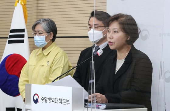Choi Eun-hwa, a professor at the Seoul National University College of Medicine, announces Monday the results of a review conducted by an independent panel of experts who found that the AstraZeneca vaccine in not linked to blood clots in a press briefing at the Korea Disease Control and Prevention Agency headquarters in Cheongju, North Chungcheong. [YONHAP]