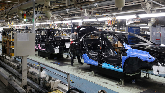 A production line at an automotive company in Korea. Under a legislative amendment, the period over which the 52-hour workweek will be calculated has been extended to six months. The change is expected to help companies, especially SMEs. [YONHAP]