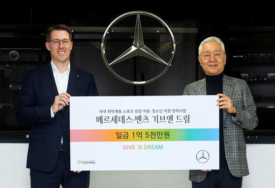 Mercedes-Benz Korea CEO Thomas Klein, left, and Lee Hoon-gyu, chairman of the Kids & Future Foundation, pose for a photo. [MERCEDES-BENZ KOREA]