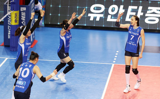 The IBK Altos react after scoring a point during a second playoff game against the Incheon Heungkuk Life Pink Spiders in Hwaseong, Gyeonggi, on Monday. The Altos won 3-1 to tie the series at 1-1 with the decider on Wednesday. The winner will face the GS Caltex Seoul KIXX in the championship from Friday. [NEWS1]