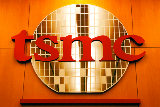 The logo of Taiwan Semiconductor Manufacturing (TSMC) is seen at its headquarters in Hsinchu, Taiwan. [REUTERS/YONHAP]