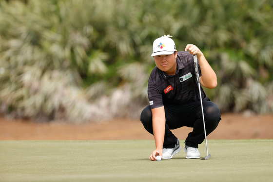 Im Sung-jae lines up a putt on the third green during the final round of The Honda Classic at PGA National Champion course on Sunday in Palm Beach Gardens, Florida. [GETTY IMAGES/YONHAP]