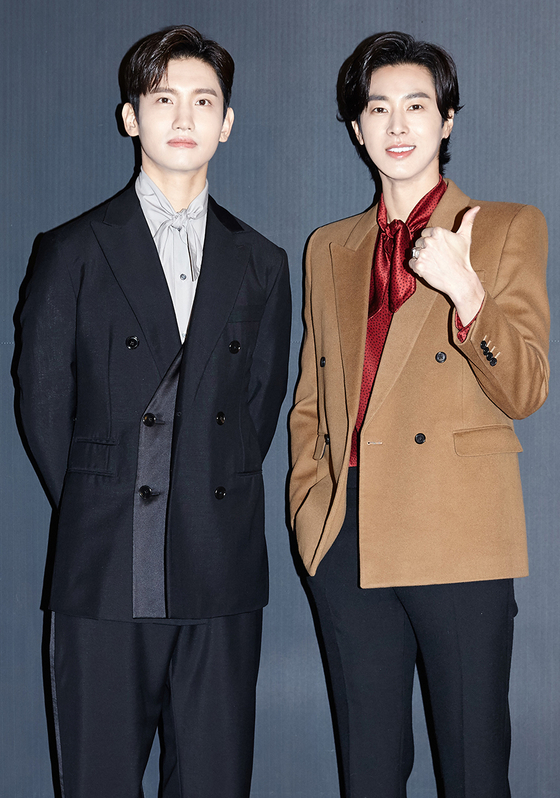 TVXQ's Changmin, left, and U-know Yunho, were set to host Mnet's new music show ″Kingdom: Legendary War″ together. [IGAN SPORTS]