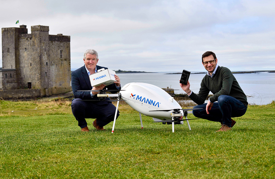 Eamonn Grant, left, head of online at Samsung Ireland, and Alan Hicks, chief technology officer of Irish drone service Manna, pose for a photo on Wednesday after the two companies signed a strategic partnership to offer a drone delivery service to Galaxy device buyers. [SAMSUNG ELECTRONICS]