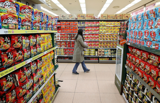 A customer passes a ramyeon section at a discount store in Seoul on Wednesday. According to an electronic disclosure system run by the Financial Supervisory Service, sales of Nongshim's ramyeon products posted 2.09 trillion won ($1.85 billion) in 2020, up 16.3 percent compared to the previous year. It's the first time the company's annual ramyeon sales have exceeded 2 trillion won. [YONHAP]