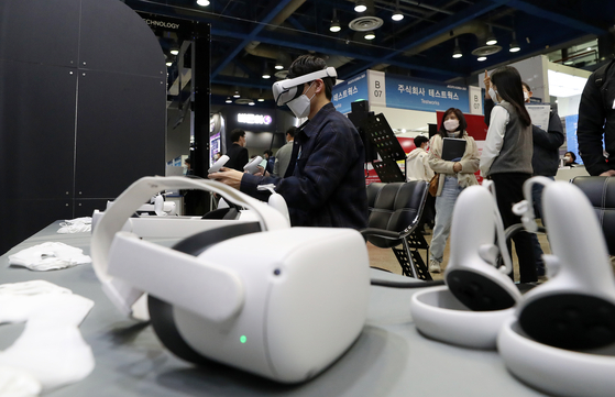 An employee demonstrates an artificial intelligence (AI)-backed device at AI Expo Korea 2021 held in Coex, southern Seoul on Wednesday. The event will run through March 26. [YONHAP]
