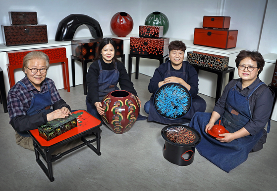 From left: Choi Jong-kwan, his daughter Choi Da-young, son Choi Min-woo, and wife Kim Kyoung-ja. All members of the family are colored lacquerware artisans. [PARK SANG-MOON]