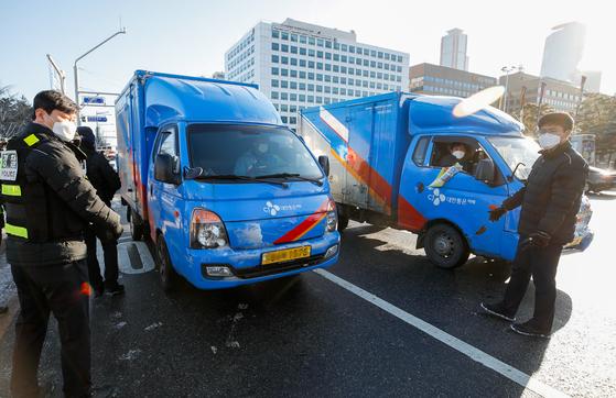 CJ Logistics trucks parked in Seoul last month. [NEWS1]