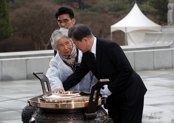 A mother of a South Korean Navy sailor who died in the 2010 Cheonan sinking approaches President Moon Jae-in, May 27, 2020 to demand an answer about who sunk the corvette on the West Sea. [JOINT PRESS CORPS]
