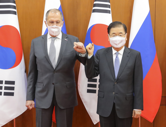Foreign Minister Chung Eui-yong, right, and Russian Foreign Minister Sergey Lavrov fist-bump before their talks at the Foreign Ministry in Seoul Thursday. [JOINT PRESS CORPS]