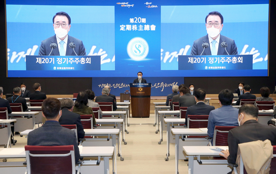 Shinhan Financial Group CEO Cho Yong-byoung speaks during the annual general meeting held Thursday at Shinhan Bank's main branch building in Jung District, central Seoul. [SHINHAN FINANCIAL GROUP]