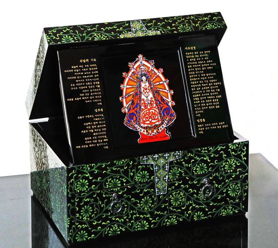 A colored lacquer prayer box Choi and Kim made for Pope Francis when he visited Korea in 2014. The couple used the traditional method to make the box and painted on a chrysanthemum and arabesque pattern over the span of six months. [PARK SANG-MOON]
