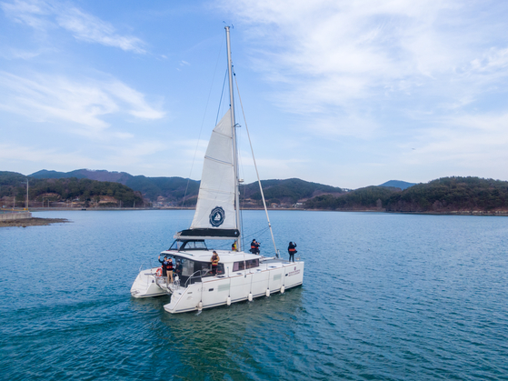 A yachting experience in Goseong, South Gyeongsang, offers the chance to dance on deck. [LIETTO]