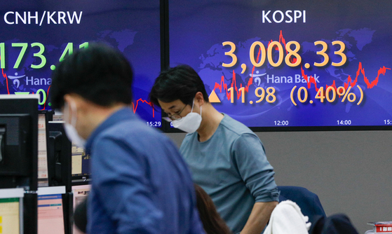 A screen in Hana Bank's trading room in central Seoul shows the Kospi closing at 3,008.33 points on Wednesday, up 11.98 points, from the previous trading day. [NEWS1]