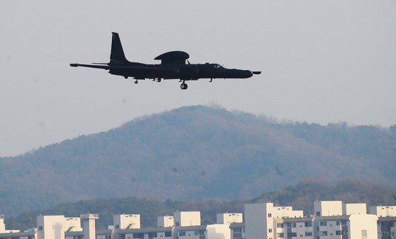 A U.S. Lockheed U-2S aircraft prepares to land at the Osan Air Base in Pyeongtaek, Gyeonggi, after conducting a reconnaissance mission Thursday. North Korea fired two short-range missiles into the East Sea earlier that day. [YONHAP]