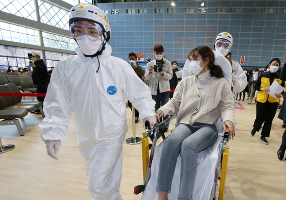 Medical staff members at a local vaccination center in Cheonan, South Chungcheong, practice a drill on responding to a recipient showing a severe side effect on March 17. [YONHAP]