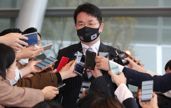Hanjin Group Chairman Cho Won-tae speaks to reporters in Yeouido, western Seoul, in November, following Korean Air Lines' announcement to acquire Asiana Airlines. [NEWS1]