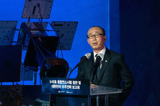 """Kim Ji-chan, CEO and president of LIG Nex1, gives a presentation at Goheung Naro Space Center on March 25, where he reiterated the importance of developing the so-called KPS, a Korean equivalent of GPS, at an event with President Moon Jae-in and Minister of Science and ICT Choi K-young in attendance. Kim said Korea's satellite navigation system """"heavily depends on U.S. GPS, which could lead to a panic situation when they stop providing the service"""" and added, """"developing the country's own [system] will lead to 60,000 jobs and generate seven trillion won [$6 billion] in economic value."""" [LIG NEX1]"""