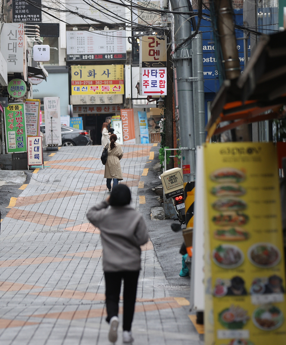 A street near a university in central Seoul, which used to be crowded on weekends, stands virtually empty, largely due to social distancing measures on Sunday. A fourth round of Covid-19-related emergency relief funds will be given out to freelancers and small business operators from today. [YONHAP]