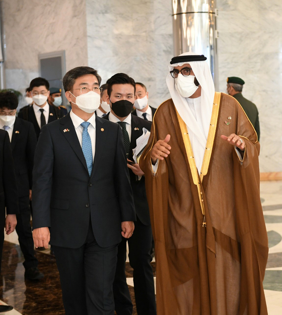 Defense Minister Suh Wook, left, speaks with Mohammed Ahmed Al Bowardi, the UAE minister of state for defense, after concluding their annual security talks in Abu Dhabi on Tuesday. [NEWS1]