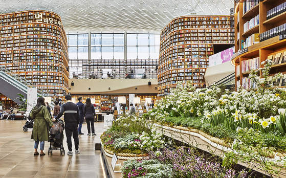 A library located in Starfield Coex Mall in Gangnam District, southern Seoul, is decorated with 17 types of spring flower for a poem-related exhibition which will run through April 18. [NEWS1]