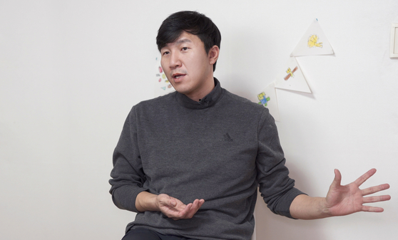 Kim Ji-hwan, president of single parent support group Father's Heart, sits down for an interview with the Korea JoongAng Daily in February at his home in Gyeonggi. [JEON TAE-GYU]