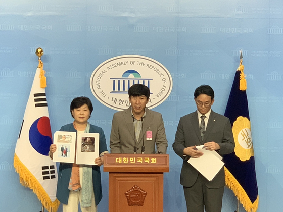 Lawmaker Seo Young-kyo, left, and Kim Ji-hwan, center, speak at a press conference to put forward an amendment to the Act on the Registration of Family Relations in 2015 to allow single fathers to register heir children. [KIM JI-HWAN]