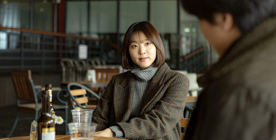 Yoo-jin (played by Yoon Hye-ri), a publisher who has known Chang-seok since college, meets up with him to talk about his book and also her relationship with her Indonesian boyfriend. [ATNINE FILM]