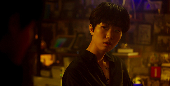 Joo-eun (played by Lee Ju-young) is a bartender who likes to play games with her customers. If they tell her an inspiring memory or anecdote, then she buys them a drink. [ATNINE FILM]