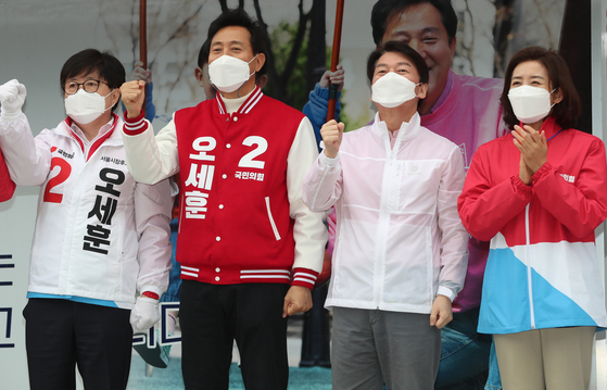 The opposition Seoul mayoral candidate Oh Se-hoon, second from left, campaigns in Gangnam district, Sunday. [OH JONG-TAEK]
