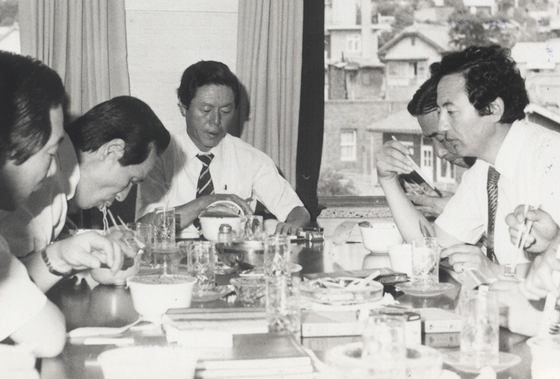 Nongshim founder Shin Choon-ho, right, takes part in a ramyeon taste test in 1982. Shin, who led the company for more than 50 years, died Saturday at 91. [NONGSHIM]