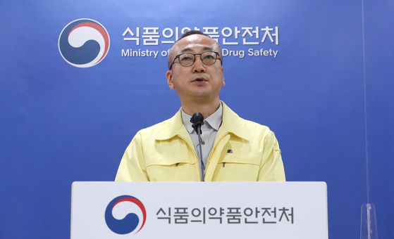 Kim Sang-bong, an official of the Biomedicine Department of the Ministry of Food and Drug Safety in a press briefing at the ministry's headquarters in Osong, North Chungcheong, on Monday. [YONHAP]