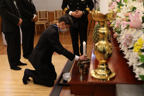 Nongshim Vice Chairman Shin Dong-won, late Nongshim Chairman Shin Choon-ho's eldest son, bows at his father's mourning altar at Seoul National University Hospital in Jongno District, central Seoul on Saturday. Shin Dong-won is expected to succeed his father at the helm of Nongshim. [NONGSHIM]