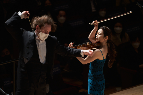 Violinist Kim Bomsori, right, playing Tchaikovsky's ″Violin Concerto″ under the baton of Venezuelan conductor Christian Vasquez on Friday to kick off this year's TIMF. [TIMF]