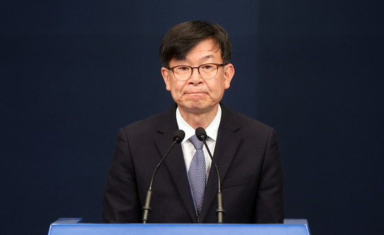 Kim Sang-jo, outgoing presidential chief of policy, speaks at the Blue House press center on Monday after President Moon Jae-in sacked him over a real estate dealing.  [YONHAP]