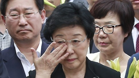 Former Prime Minister Han Myeong-sook was sentenced in 2015 to two years' imprisonment for receiving 900 million won ($800,000) in political slush funds from businessman Han Man-ho. [YONHAP]