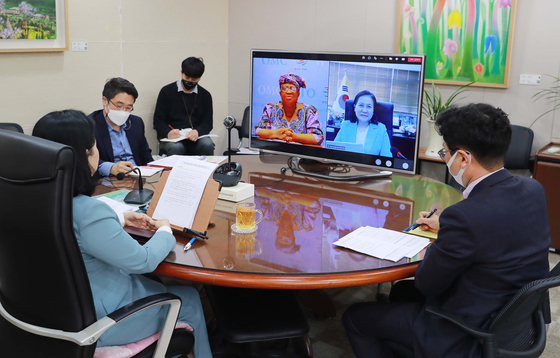 Korean Trade Minister Yoo Myung-hee holds a video conference with the new World Trade Organization Director-General Ngozi Okonjo-Iweala on Tuesday. The two had competed for the top stop at the WTO, with Yoo finally conceding last month. [MINISTRY OF TRADE, INDUSTRY AND ENERGY]