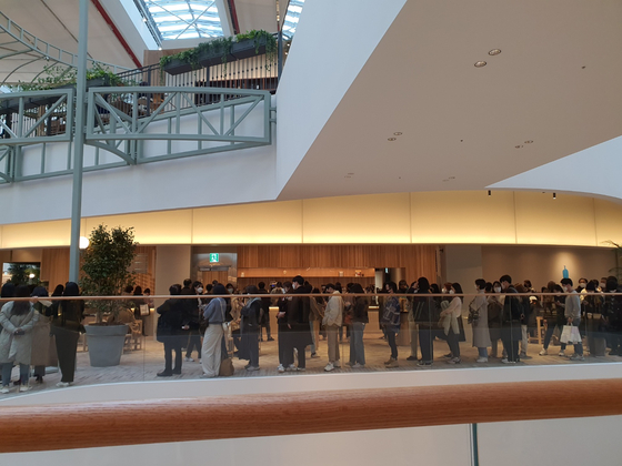 People line up at the Blue Bottle , located in Yeouido, western Seoul at The Hyundai Seoul. [CHU IN-YOUNG]