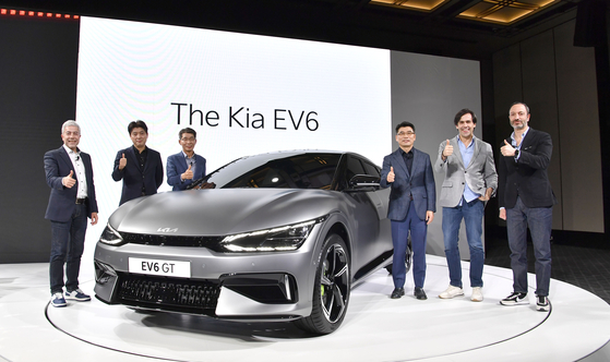 Kia CEO Song Ho-sung, third from left, poses with the EV6 at a global premiere event on Tuesday. [KIA]