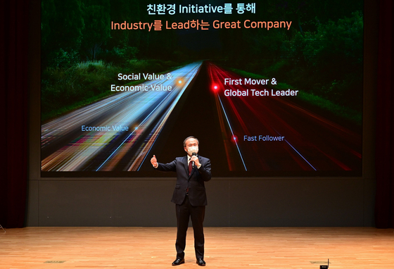 SK hynix CEO Lee Seok-hee speaks about the company's future strategy in a shareholders' meeting in Icheon, Gyeonggi, on Monday. [YONHAP]