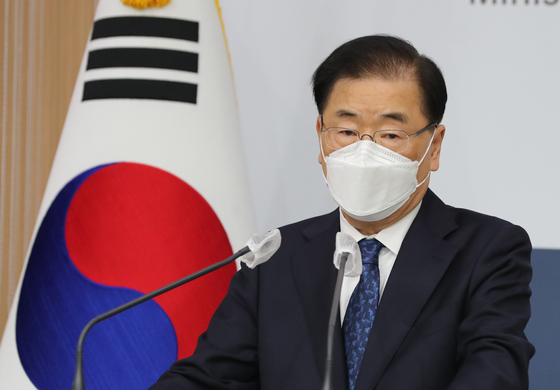 South Korean Foreign Minister Chung Eui-yong speaks in his first press conference with Korean reporters at the government complex in central Seoul Wednesday. He will make a trip to China later this week. [NEWS1]