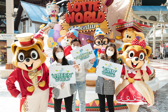 Lotte World employees pose for a photo on Wednesday in Songpa District, southern Seoul, after the company announced its plan to adopt Environmental, Social and Governance (ESG) practices. [LOTTE WORLD]