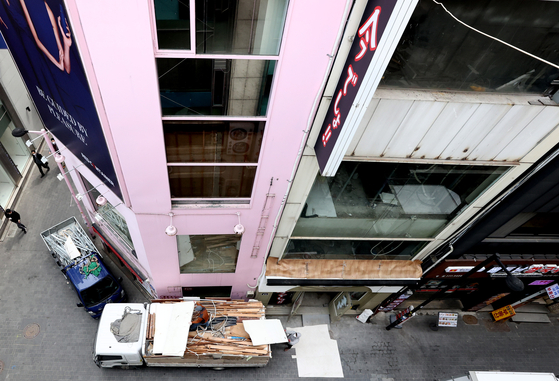 Remodeling of a shop is in progress in Myeong-dong, a shopping district in central Seoul, on March 26. Many shops have closed down due to the pandemic that has lasted for over a year. [YONHAP]